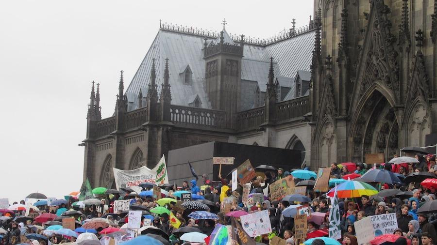 Klima-Rettung: Buntes junges Volk vorm Dom