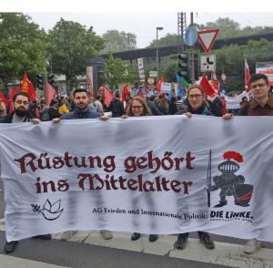 Arbeitsgruppe Frieden mit ihrem Transparent: Rüstung gehört ins Mittelalter