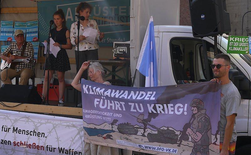 Akteurinnen von Fridays for Future reden zum Kölner Antikriegstag