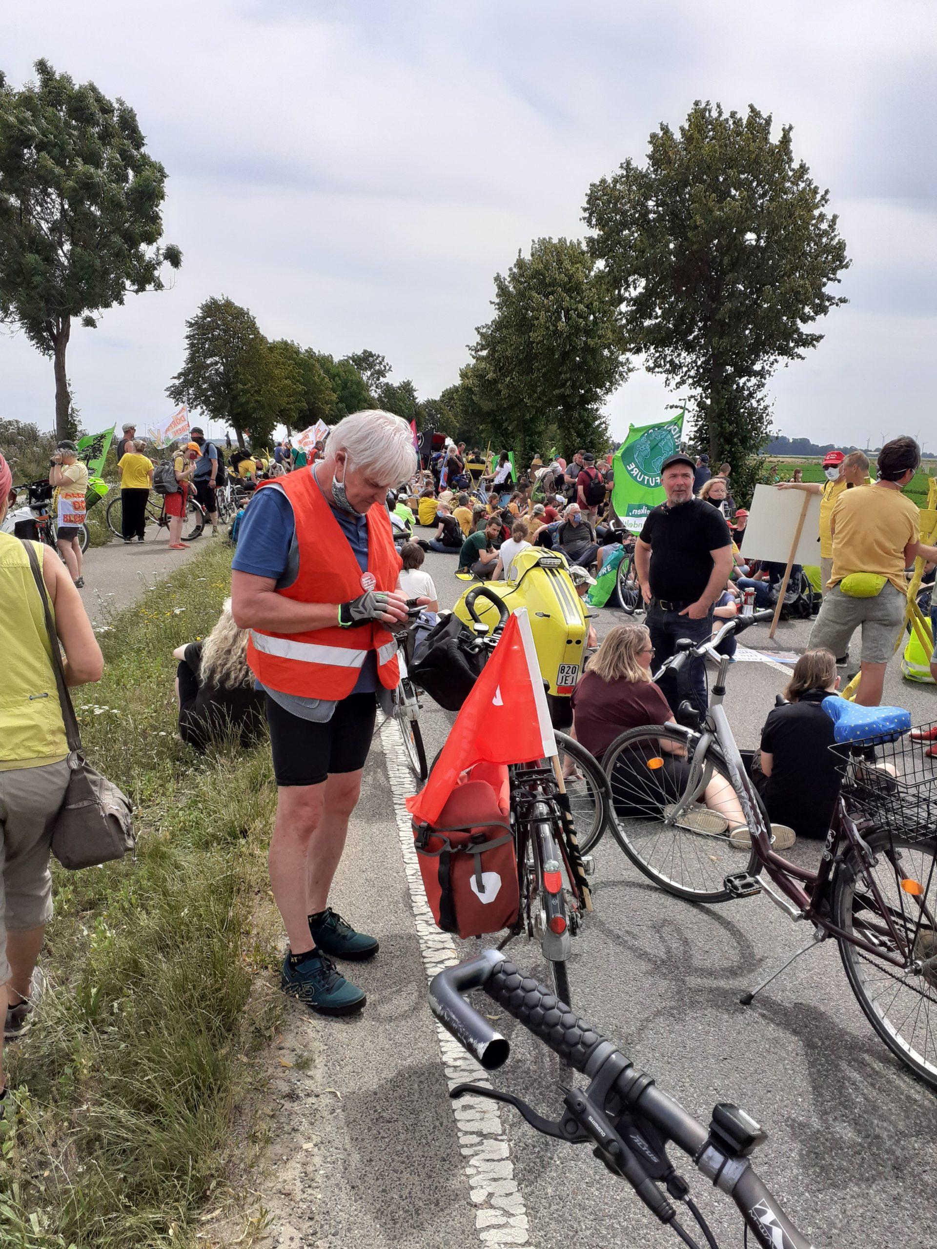 Radfahrer:innen vor Sitzblockade auf Landstraße