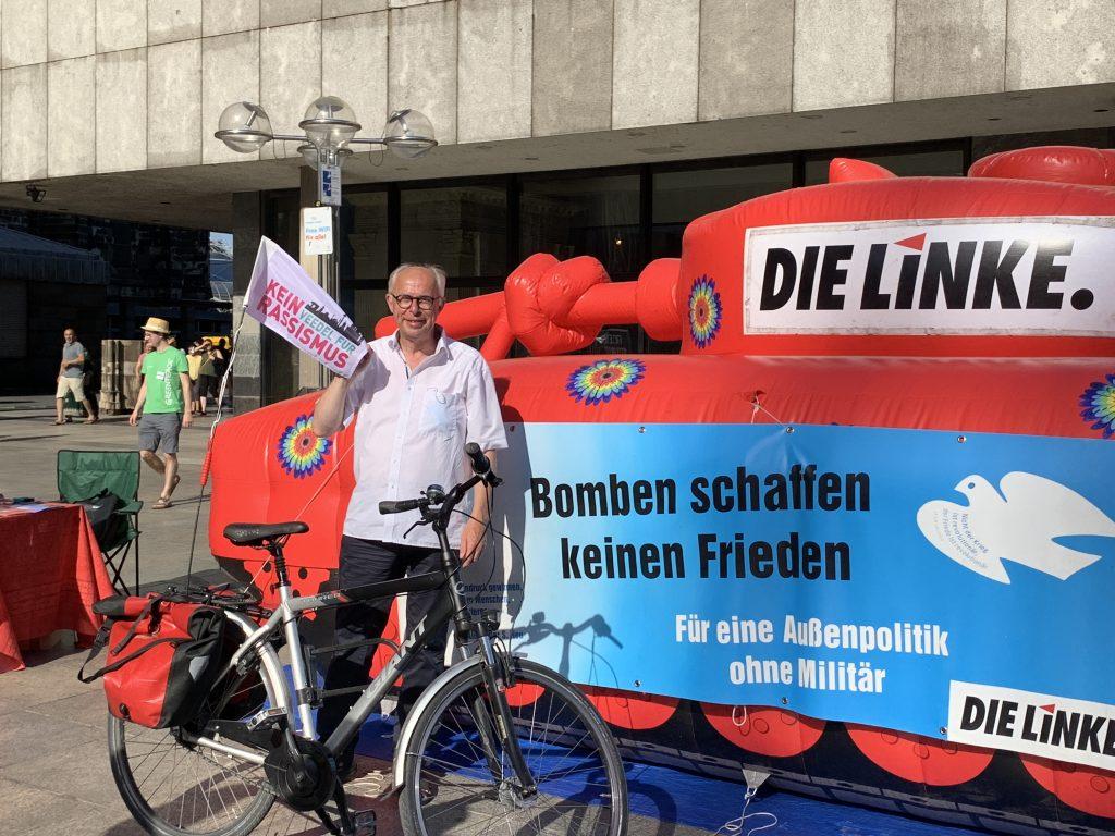 OB Kandidat Jörg Detjen mit Dienstfahrrad vor der antimilitaristischen Panzerattrappe beim Hiroshimatag 6.8.2020 auf dem Roncalliplatz