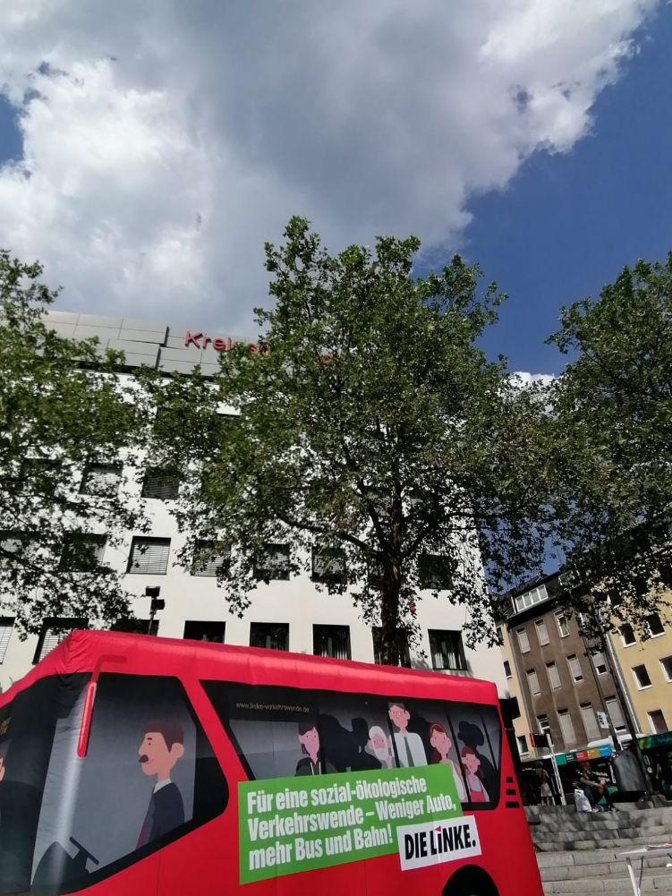 Der Rote Bus der Verkehrswende auf dem Wiener Platz