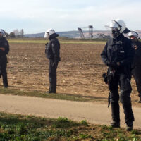 Polizei vor Braunkohletagebau am Hambacher Forst
